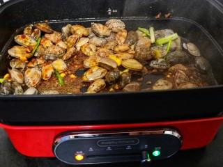 ㊙完爆街边小吃的《辣炒花蛤》,用铲子不停地翻炒至花蛤打开。