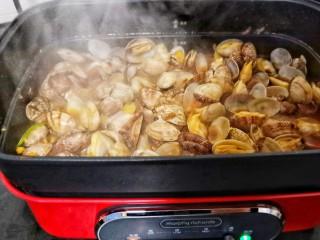 ㊙完爆街边小吃的《辣炒花蛤》,开大火翻炒均匀,直到每个花蛤张开。