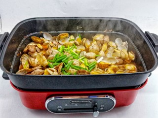 ㊙完爆街边小吃的《辣炒花蛤》,出锅前撒点葱段提香。