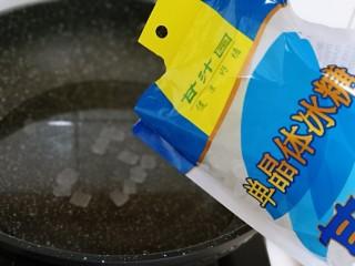 时令养生~山楂罐头,锅中加入纯净水,再加入甘汁园冰糖。