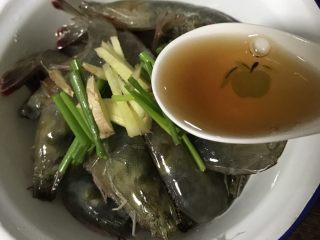 酱爆大虾,一勺黄酒腌制30分钟
