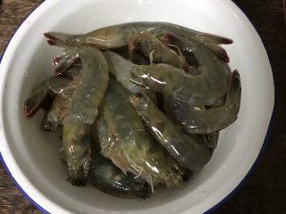 酱爆大虾,鲜虾剪去须、脚,挑去虾线洗净