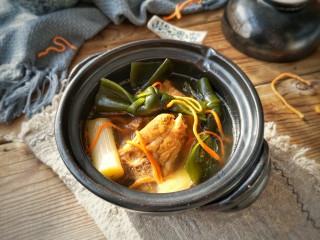 虫草花海带脊骨汤,味道浓郁,海带结酥软,汤鲜美,清淡不油腻。