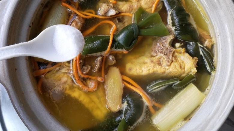 虫草花海带脊骨汤,起锅前放盐。(不要过早放盐,过早放盐,会使肉里含的水分很快跑出来,会加快蛋白质的凝固,肉质发死,也影响汤的鲜美)。