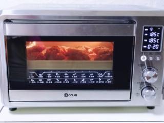 香辣孜然烤猪蹄,上下管185度烤20分钟。(烤箱时间及温度仅供参考)