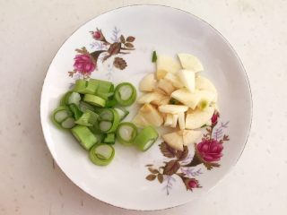 换个姿势吃牛排  咖喱土豆烧牛排,切葱花和蒜片