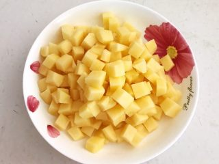 换个姿势吃牛排  咖喱土豆烧牛排,土豆切成1㎝见方的小丁
