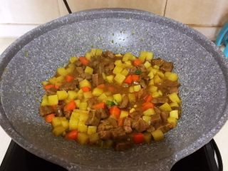 换个姿势吃牛排  咖喱土豆烧牛排,烧开后调匀即可