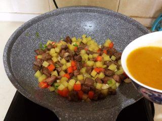 换个姿势吃牛排  咖喱土豆烧牛排,倒入淀粉咖喱叶