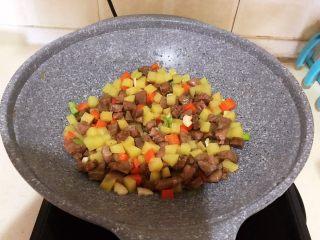 换个姿势吃牛排  咖喱土豆烧牛排,翻炒均匀