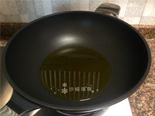 酸菜烧鲫鱼,热锅倒油烧至八成热。