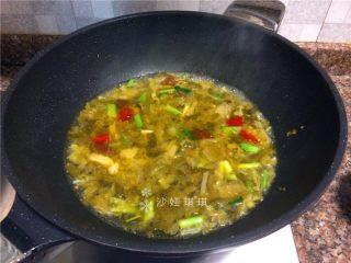 酸菜烧鲫鱼,倒入一大碗清水煮开。