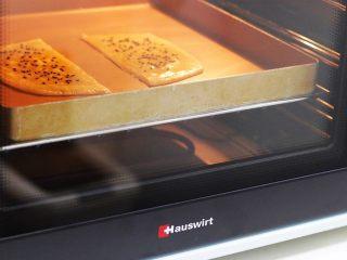 法风烧饼,入烤箱中,上下火185度,烘烤约10分钟,待飞饼表面上色即可,烤完的飞饼会鼓起来,层次非常明显。