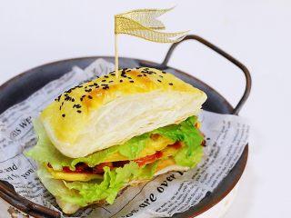 法风烧饼,接着继续放上煎蛋和生菜,挤上番茄酱,放上另一块飞饼即可。