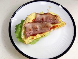法风烧饼,放上培根,中间都可以挤点番茄酱。