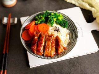 照烧鸡腿饭,米饭上摆入照烧鸡腿和配菜