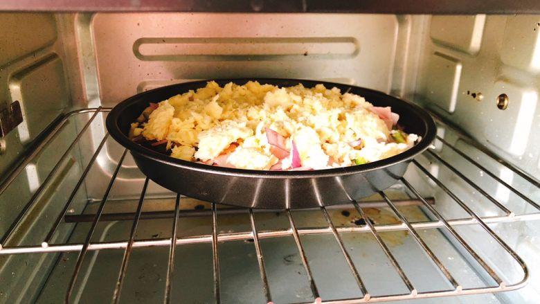 芝士培根披萨,放入烤箱上下火190度烤25分钟。