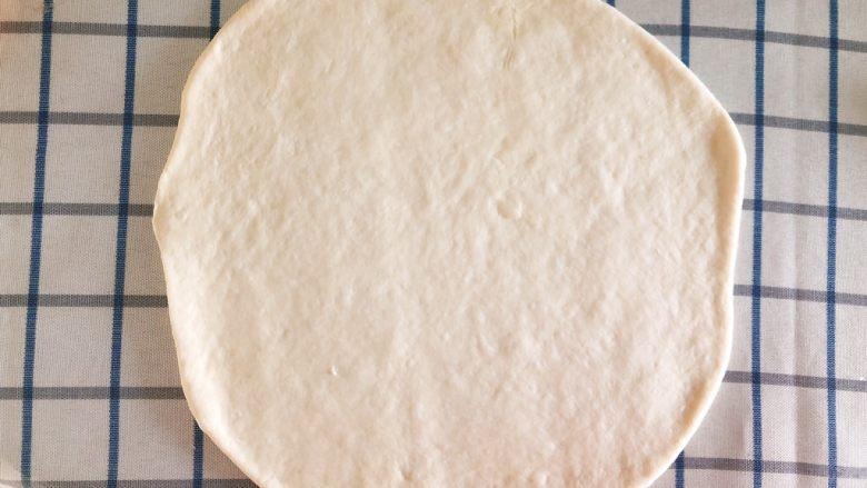 芝士培根披萨,松软后用擀面杖擀成圆饼。