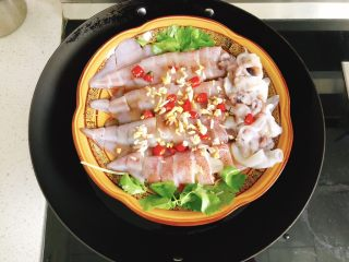 清蒸鱿鱼-下饭菜,淋上适量食用油,放入锅中,隔水蒸15分钟。