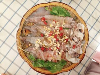 清蒸鱿鱼-下饭菜,包上保鲜膜腌制20分钟,去腥入味。