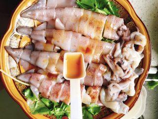 清蒸鱿鱼-下饭菜,加入2勺料酒。