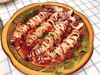 清蒸鱿鱼-下饭菜,出锅后撒上葱花。