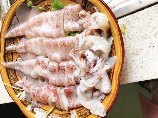 清蒸鱿鱼-下饭菜,把鱿鱼须也摆到盘子里。