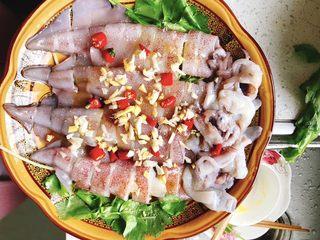 清蒸鱿鱼-下饭菜,均匀铺到鱿鱼身上。