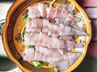 清蒸鱿鱼-下饭菜,全部切好铺在小芹菜上面。