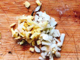 清蒸鱿鱼-下饭菜,姜、蒜切末。