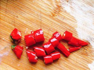 清蒸鱿鱼-下饭菜,小米椒切丁。