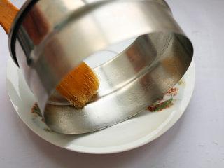 红豆蒸松糕,取一个四寸的慕斯模具,在模具边缘扫一层色拉油,方便脱模。