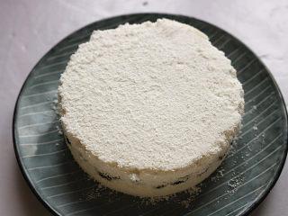 红豆蒸松糕,蒸好的松糕会略有收缩,很容易脱模。