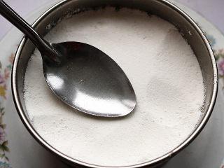 红豆蒸松糕,用勺子轻轻压实表面。