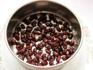 红豆蒸松糕,将适量的蜜红豆铺在米粉上。