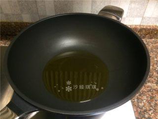 蒜苗盐煎肉,热锅倒油烧至八成热。