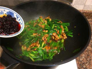 蒜苗盐煎肉,放入老干妈风味豆豉翻炒均匀即可出锅。