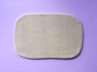 可颂热狗,揉面垫上撒适量的干粉,将揉好的面团擀成小号保鲜膜大小的长方形 ,包裹上油纸,装入保鲜袋入冰箱冷冻