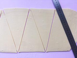 可颂热狗,之后用尺子按照痕迹,将面片裁成三角形