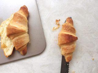 可颂热狗,面包出炉降温,凉透后用锯齿刀将牛角包横切开