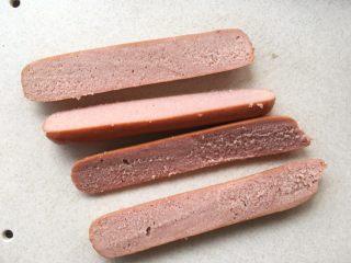 可颂热狗,烘烤面包的时候,取出科尔沁牛肉肠,将牛肉肠对切开,分成2半,也可以用整根香肠