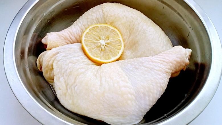 口水鸡,将鸡腿用热水洗净,除去表皮的油脂。然后用柠檬汁将鸡腿抹匀,略微腌制一下,以除去腥味。