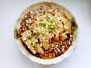 口水鸡,淋上勾兑好的料汁,撒上花生碎、香葱、蒜末、白芝麻即可享用。