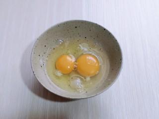 营养早餐 海参蒸蛋羹,将鸡蛋敲入碗中。