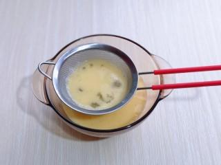 营养早餐 海参蒸蛋羹,将蛋液过细筛,这一步不可以省略,只有这样做出来的蛋羹口感才会更细腻。