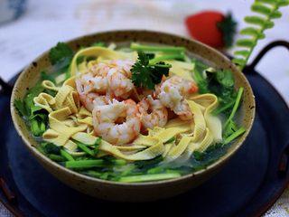 上汤干丝,把煮好的汤浇到放豆腐皮的碗里,把煮好的虾仁捞出铺在最上面后就可以享用了。