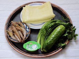 上汤干丝,首先备齐所有的食材,黄瓜和香菜摘洗干净后备用。