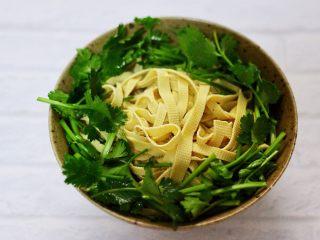 上汤干丝,把切好的香菜铺在豆腐皮的四周围。
