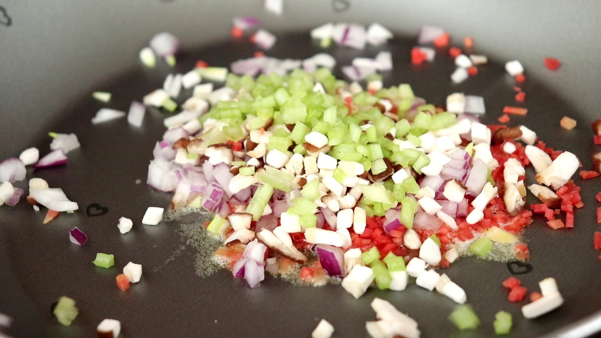 时蔬火腿饭团,油热之后倒入所有的蔬菜</p> <p>tips:无盐黄油可以用其他的食用油代替