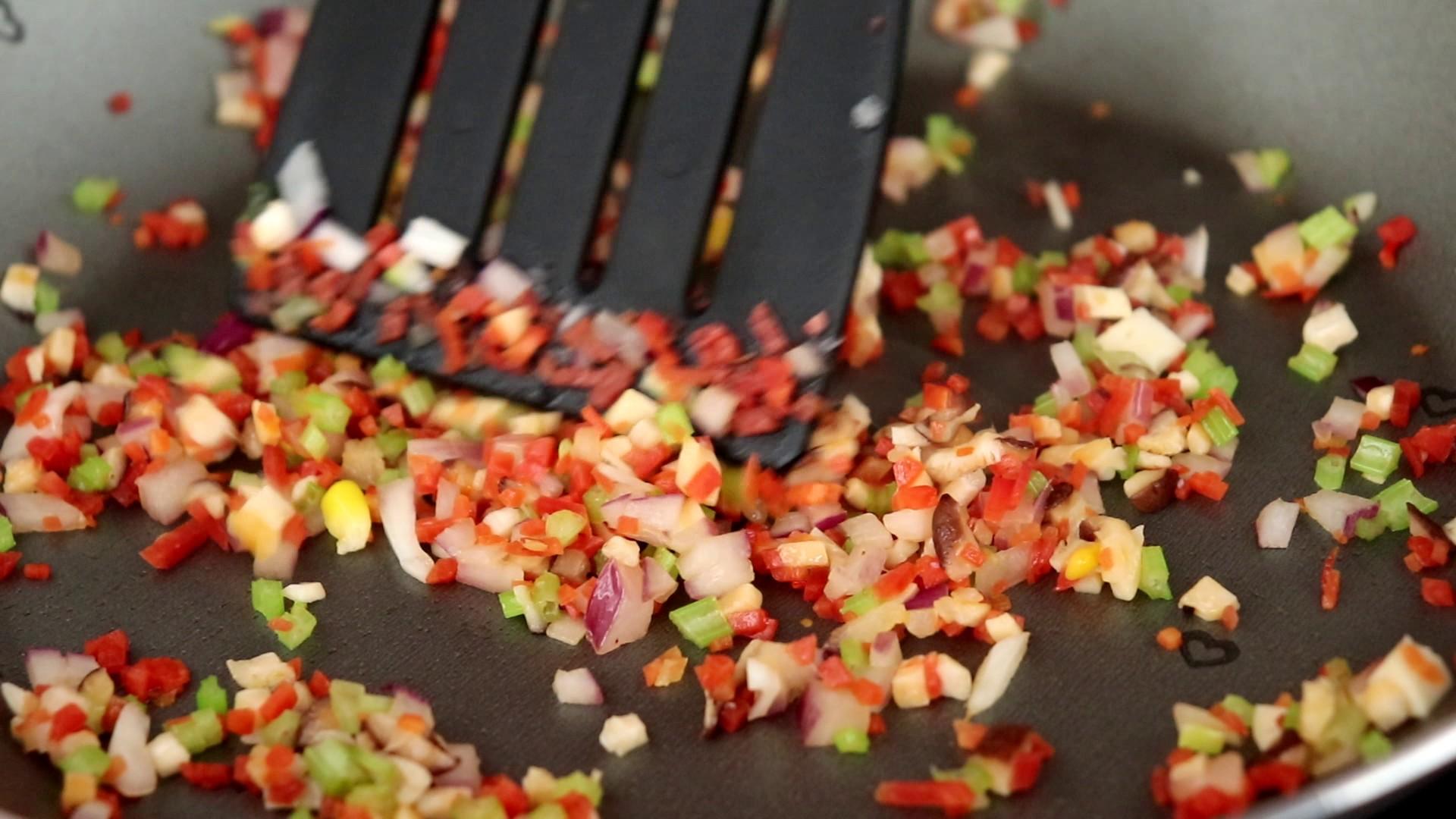 时蔬火腿饭团,翻炒至蔬菜出汁,倒入适量清水煮沸,大概煮至所有食材都变软即可</p> <p>